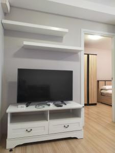 For RentCondoChengwatana, Muangthong : For rent... Beautiful room, good view, furniture + electrical appliances. There is a washing machine Near the center of the condo, only 7500.-/month