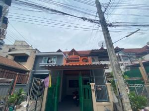 For SaleTownhouseBangbuathong, Sainoi : Selling very cheap!! Townhome for sale, Chao Phraya 8 project, area size 18.9 sq m., good location near the entrance of the village, next to Bang Kruai - Sai Noi road. Excellent condition!!!