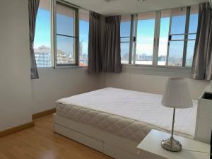 For RentCondoWongwianyai, Charoennakor : Hot deal !!! Nice 2 bedroom nearby BTS Krungthon
