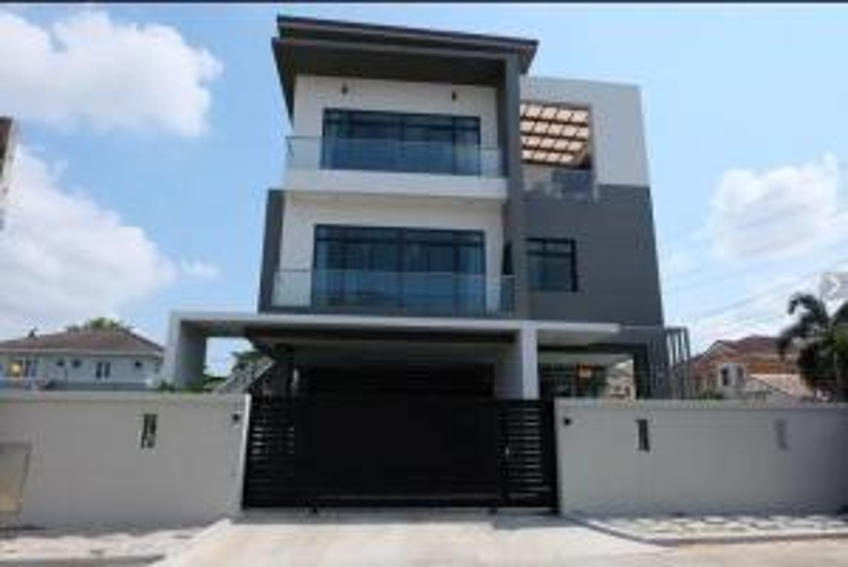 For SaleHouseLadkrabang, Suwannaphum Airport : 3-storey detached house for sale, area 100 sq.wa., Krungthepkreetha area, Rama 9, Srinakarin-Romklao. Nusasiri Rama 9-Wongwaen Project House facing south