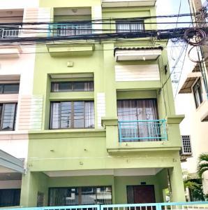 For RentTownhouseRatchadapisek, Huaikwang, Suttisan : 2498-A😊 For RENT 3-storey townhome for rent, 3 bedrooms 🚄 near MRT Cultural Center 🏢 Baan Klang Muang Ratchada-Mengjai 🔔House area:21.00 sq wa🔔 Usable area: 200.00 sq m 💲Rent: 25,000฿📞O86-454O477✅LineID:@sureresidence