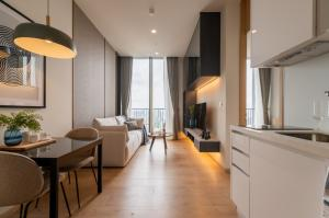 For RentCondoSukhumvit, Asoke, Thonglor : Condo for rent Noble BE19 (Noble B19), new condo in the heart of Asoke.