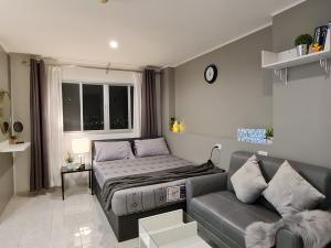 For RentCondoNawamin, Ramindra : Urgent for rent! Lumpini Condo Town Nawamin Ramintra, non-blocking view, high floor, blackout curtains, new renovation, beautiful room, ready to move in. ** There is a brand new washing machine.