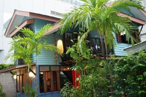 For RentHouseSilom, Saladaeng, Bangrak : LBH0181 Single house for rent, Vintage House, in the heart of Silom-Sathorn city, from BTS Chong Nonsi, only 100