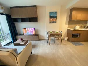 For RentCondoHua Hin, Prachuap Khiri Khan, Pran Buri : For rent, La Casita Huahin, 1 bedroom, 35 sqm., with wifi FL4, pool view, cheapest price 13000 baht.