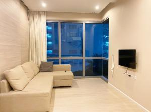 For RentCondoSukhumvit, Asoke, Thonglor : Condo for rent, The Room Sukhumvit 21, 6th floor, size 50 sqm., near BTS Asoke.
