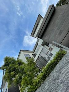 เช่าบ้านเลียบทางด่วนรามอินทรา : Rental : House with Private Pool in Pradit Manutum , 100 sqw , 544 sqm , 4 Bed 6 Bath , 3 Floors , 3 Parking Lot    🔥🔥Rental : 180,000 THB / Month. 🔥🔥  More Information 📱Tel : 062-694-4698 / Dream 📱Line : 092412622