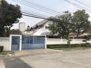 For SaleHousePattanakan, Srinakarin : Single detached house for sale in Pattanakarn 56, Eua Suk Village, Suan Luang District, on the main road, 12 meters wide, near Triam Udom Phatthanakan.