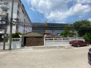For RentHousePattanakan, Srinakarin : For Rent: 2 storey detached house for rent, Soi Rama 9, into Soi not deep, Rama 9 Road, near The Nine, very beautiful house, big house, 162 square meters, 7 parking spaces, fully renovated. Suitable for office and company registration