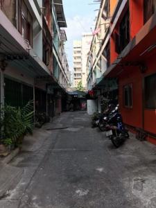 For RentShophouseSapankwai,Jatujak : BS747 3-storey commercial building for rent, next to Big C Saphan Khwai. suitable as a warehouse