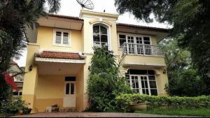 For SaleHouseLadkrabang, Suwannaphum Airport : Quick sale!! Single house, Lake Garden Villa Village, 3 bedrooms, 100 square meters of land, beautiful gardens.
