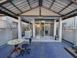 For SaleTownhouseMin Buri, Romklao : Quick sale, 2-storey townhouse, 2 bedrooms, 2 bathrooms, Amornsap Village, area 23 square meters, plus coin-operated washing machines + water dispenser.