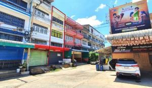 For SaleShophouseMahachai Samut Sakhon : Commercial building 3.5 floors, Damrong Villa Village, near Om Noi Boxing Stadium, Om Noi Subdistrict, Krathum Baen District, Samut Sakhon