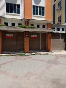 For SaleShophouseMin Buri, Romklao : Sell / rent a commercial building in Soi Mistine. Near the train station, rent 40,000 baht