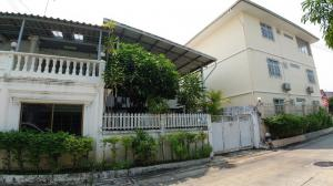 For SaleTownhouseSamrong, Samut Prakan : Sale Townhouse 2 booths with land  near Samrong BTS, only 1 km to yellow BTS in front of the village. Selling Khum Thong Villa Village.
