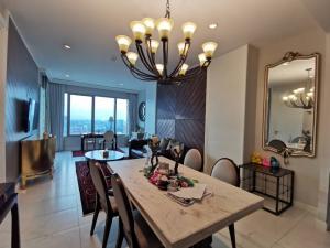 เช่าคอนโดวิทยุ ชิดลม หลังสวน : Condo for Rent 2 bedroom unit at 185 Rajadamri, Royal Sport Club view.