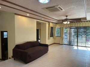 For RentHouseAri,Anusaowaree : For Rent : House in Soi Aree Samphan 11 🏡 4 bedrooms, 3 bathrooms, 1 living room, 1 kitchen, 2 car parks 🔥🔥 Rental fee: 35,000 baht / month 🔥🔥 (minimum contract 1 year, deposit 2 in advance) (Month) Single House Soi Aree Residential area, good society, sa