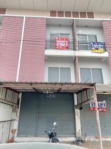 เช่าทาวน์เฮ้าส์/ทาวน์โฮมรังสิต ธรรมศาสตร์ ปทุม : ขาย/ให้เช่าอาคารพาณิชย์ 2ชั้นครึ่ง ใกล้ปั๊ม ปตท. ราชพฤกษ์ กม.35