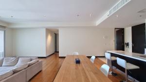 เช่าคอนโดสาทร นราธิวาส : The Lofts Yennakart (ปล่อยเช่าถูก) มาใหม่ 3 ห้องนอน วิว โค้งแม่น้ำเต็มตา ชั้นสูง 147 ตร.ม.(Exclusive And Stunning Listing)