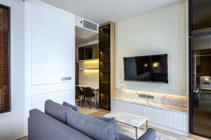 For RentCondoSilom, Saladaeng, Bangrak : 🎖For Rent🎖1 bed Ahton Silom for rent, big room 50 sq.m., only 35,000 negotiable, call 089-1676755