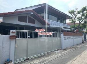 For RentHouseRatchadapisek, Huaikwang, Suttisan : House for rent, 2 floors, 60 sq m., near MRT Ratchada-Sutthisan.