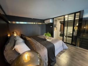 ขายดาวน์คอนโดพระราม 9 เพชรบุรีตัดใหม่ : **ขายดาวน์ 4 แสน** KNIGHTSBRIDGE SPACE RAMA 9 ขนาด 1 Bedroom Duplex 32.25 ตร.ม.