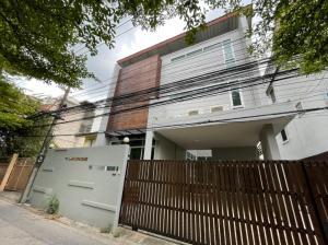 ขายบ้านสุขุมวิท อโศก ทองหล่อ : { Sale } ขายบ้านเดี่ยว เต็มพื้นที่ 50 ตารางวา 3 ชั้น เพียง.... 26,900,000 บาท