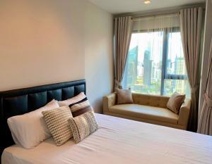 For RentCondoRama9, RCA, Petchaburi : Condo for rent Rhythm Asoke 2 BA21_07_133_05 furniture, electrical appliances, price 12,999 baht.