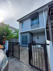 For RentTownhouseSamrong, Samut Prakan : 2 storey townhouse, 3 bedrooms, 2 bathrooms, house on the edge of the alley