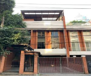 For RentTownhouseWitthayu,Ploenchit  ,Langsuan : For Rent Townhome for rent, 3.5 floors, in the heart of the city, Ploenchit Road, Witthayu Road, large back 35 square meters, 9 air conditioners, 2 parking spaces, suitable as a Studio, an office, can register a company.