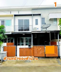 For RentTownhouseChengwatana, Muangthong : Townhouse for rent The Connect Village, Chaengwattana, Project 1, Muang Thong Thani, Nonthaburi, 2 floors, 3 bedrooms, 2 bathrooms, 1 parking in the house, 1 parking in front of the house.