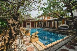 For SaleHouseKaset Nawamin,Ladplakao : H0061 Luxury detached house for sale, Soi Nuanchan 44, decorated in Balinese style with swimming pool, Beautiful with real teak for over 100 years, land size 386 Sq.wa, fully furnished.