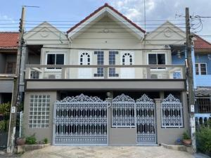 For RentTownhouseSilom, Saladaeng, Bangrak : Code C4290, 2-storey townhouse for rent, newly renovated, Phatthanakan Road, Suan Luang District.