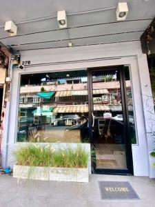 For RentShophouseSiam Paragon ,Chulalongkorn,Samyan : 3-storey building for rent in Chula area, very close to the student dormitory and department stores!