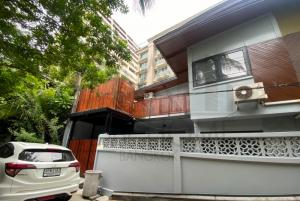 For RentTownhouseWitthayu,Ploenchit  ,Langsuan : Pet friendly renovated townhouse for rent in Ploenchit