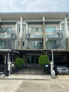 For SaleTownhousePattanakan, Srinakarin : 3-storey townhome for sale, Town Avenue Rama 9 (Town Avenue Rama 9), Krungthep Kreetha 7, cheaper than a hundred thousand.