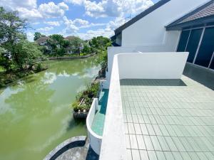 For SaleHouseRangsit, Patumtani : 3 storey waterfront townhouse for sale, very beautiful, Garden Home Village, Lake Village