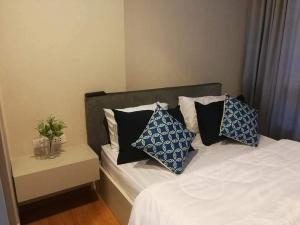 เช่าคอนโดอ่อนนุช อุดมสุข : เช่า (The base sukhumvit 77) แบบ 1 ห้องนอน 1 ห้องน้ํา 30 ตารางเมตร ชั้น 25 อาคาร A  ราคา 9,700 เฟอร์นิเจอร์ครบ