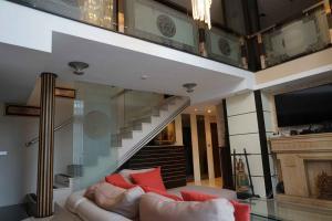 For RentCondoNana, North Nana,Sukhumvit13, Soi Nana : BH1117 provides a 5-bedroom, 6-bathroom Harmony Living condo, Sukhumvit 15, Duplex Penthouse, 7th and 8th floor, near BTS Asoke, Watthana
