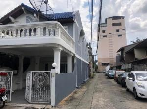 For RentTownhouseRatchadapisek, Huaikwang, Suttisan : OHM188 Townhouse for rent, 2 floors, 3 bedrooms, 2 air conditioners, near MRT Sutthisan.