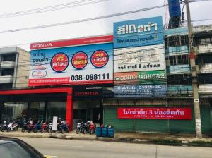 For RentShophouseChachoengsao : For rent, commercial building, 3 rooms, 4 floors, through to each other, Ban Pho, next to Sirisothon Road, in front of Toyota, very good location