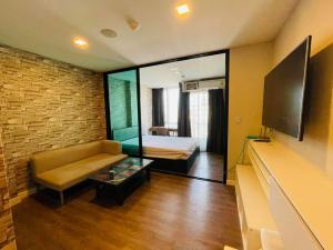 For RentCondoNawamin, Ramindra : Condo for rent Esta Bliss Yaek Minburi, TV 55 inches, there is a washing machine in the room.
