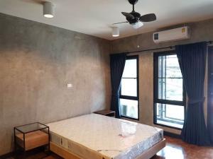 เช่าบ้านพระราม 9 เพชรบุรีตัดใหม่ : ทาวน์โฮม 2 ห้องนอน หลังตึกฟอร์จูนทาวน์ ตกแต่งใหม่สไตล์ลอฟท์ พื้นที่กว้าง มีที่จอดรถ (ว่างสิงหาคม)