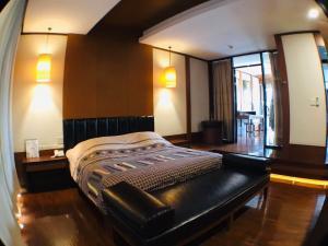 เช่าบ้านสุขุมวิท อโศก ทองหล่อ : ปล่อยเช่าบ้านทาวน์โฮมขนาดใหญ่ ทองหล่อซอย 25 (3 ห้องนอน) ตกแต่งสไตล์ Oriental ไม้สักแท้ ตกแต่งพร้อมอยู่