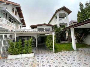 For RentHouseRama9, RCA, Petchaburi : Twin house for rent Around Rama IX Road 51, near The Nine, Ramkhamhaeng University, size 90 sq m., easy to travel in and out of many routes, Rama 9 Road, Srinakarin Road, Ramkhamhaeng Motorway