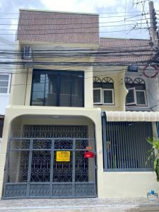 For RentTownhouseSamrong, Samut Prakan : 🏠ให้เช่าทาวน์เฮ้าส์ 3 ชั้น พร้อมอยู่ (ชั้น 3 เป็นดาดฟ้า) 21 ตารางวา ติดถนนสุขุมวิท ซอย5 -ห่างจาก BTS ช้างเอราวัณ เพียง 300 เมตร (เดิน 5 นาที)