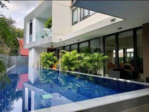 For RentHouseSukhumvit, Asoke, Thonglor : Rental / Selling : House with Private Pool In Ekamai 8 , 4 Bed 5 Bath , 400 sqm , 140 sqw   🔥🔥Rental Price: 200,000 THB / Month 🔥🔥   🔥🔥Selling Price : 100,000,000 THB 🔥🔥 **Not Accept For Co-Agent **