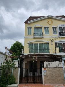 For RentTownhousePattanakan, Srinakarin : LBH0199 Townhome for rent. Baan Klang Muang Srinakarin 24 near Airport Link Huamark