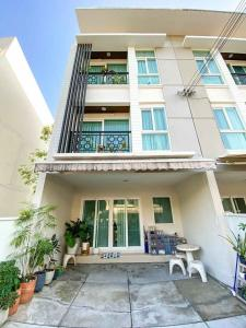 For SaleTownhousePattanakan, Srinakarin : LBH0201 3-storey townhome for sale, Baan Klang Muang (Rama 9), behind the corner, next to the expressway, near the BTS.