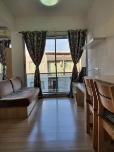For RentCondoRatchadapisek, Huaikwang, Suttisan : J053 for rent, 2 bedrooms, 2 bathrooms, 70 sq m., near MRT Sutthisan and along the expressway (call 095-929-5613).
